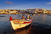 Fischerboote im Licht der Abendsonne vor der Hafenstadt Ferragudo, Algarve, Portugal, Europa