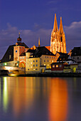 View to Old town with Regensburg cathedral at night, Regensburg, Upper Palatinate, Bavaria, Germany