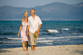 Adult, Adults, Barefeet, Barefoot, beach, beaches, Calm, Calmness, Caucasian, Caucasians, Color, Colour, Contemporary, couple, couples, Daytime, exterior, female, Full body, Full length, Full-body, Full-length, grin, grinning, Hand holding, Hand in hand,