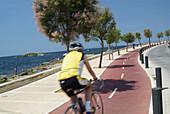 Europa, Spanien, Balearen, Mallorca, Platja de Palma, Can Pastilla, Radweg entlang der Küste; Radfahrer