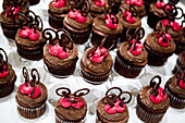 Cake, Cakes, Chocolate, Close up, Close-up, Closeup, Color, Colour, Cuisine, Food, Foodstuff, indoor, indoors, interior, Lined up, Lined-up, Lining up, Lining-up, Many, Nourishment, Pastries, Pastry, Ready, Restaurant, Still life, Sweet, Wedding banquet,
