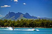 Wasserski des Club Med am Pointe aux Cannoniers, vor der Bergkulisse von Mauritius, Afrika