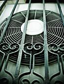 Ausrüstung, Aussen, Detail, Details, Draussen, Farbe, Form, Formen, Gestalt, Gestalten, Gitter, Industrie, Industriell, Klimaanlage, Klimatisierung, Konzept, Konzepte, Metall, Nahaufnahme, Nahaufnahmen, Tageszeit, Ventilator, Ventilatoren, D56-720920, age