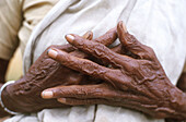 5368  INDIA - AGEING  HANDS OF OLD WOMAN  KERALA