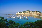 Blick auf die Hafenstadt Sestri Levante in der Bucht Baia del Silenzio, Italienische Riviera, Ligurien, Italien, Europa