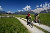 Paar beim Mountainbiken, Mountainbike Tour Nahe Obermieming, Nahe Telfs, Mieminger Plateau, Tirol, Österreich