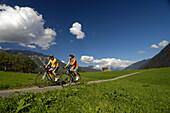Paar beim Mountainbiken, Mountainbike Tour nahe Imst, Tirol, Österreich