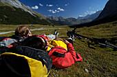 Paar beim Rasten nach einer Mountainbike Tour, Nahe Karwendelhaus, Karwendel, Nahe Hinterriß, Tirol, Österreich, Europa