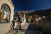 Paar beim Mountainbiken, Mountainbike Tour, MTB, nahe Svognin, Blick auf Albula Gruppe, Graubünden, Schweiz
