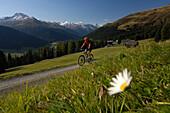 Mann fährt mit dem Mountainbike, Mountainbiken, MTB, Mountainbike Tour nahe Davos, Plessur Alpen, Graubünden, Schweiz