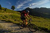 Ein Mann fährt Mountainbike in den Bergen, Karwendel, Tirol, Österreich, Europa