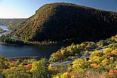 Overlook fall foliage mount minsi from mount tammany trail appalachian trail deleware water gap New Jersey. USA