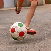niño con balón de futbol selección Portugal