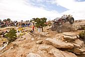 Blick auf einen Rennwagen der bei einem Rock Crawling Rennen über einen Felsen fährt, Rock Crawling, Moab, Utah, USA