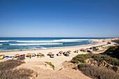 Blick von oben auf einen Surfstrand an dem gezeltet wird, Nine Palms, Baja California Süd, Mexiko