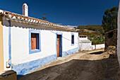 Weiss und blau getuenchtes Haus,  Dorf im Hinterland, Vaqueiros, Algarve, Portugal