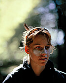 Portrait einer jungen Frau, Outdoorguide Sanne Maas, Abel Tasman Nationalpark, Nordküste, Südinsel, Neuseeland