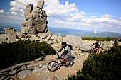Menschen mit Mountainbike an der Slonecznik Felsformation, Riesengebirge, Nieder Schlesien, Polen, Europa