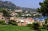 Blick auf die Häuser der Hafenstadt Porto Cervo, Costa Smeralda, Nord Sardinien, Italien, Europa