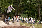 Jugendlicher springt einen tabeltop mit Dirt-bike, Starnberg, Bayern, Deutschland