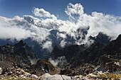 Viewpoint near Pico de la Cruz (2351m), view into the giant crater of the extinct volcano and towards the Atlantic ocean, volcanism, Caldera de Taburiente, national park, Parque Nacional Caldera de Taburiente, natural preserve, UNESCO Biosphere Reserve, L