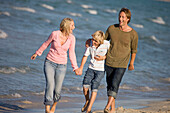Adult, Adults, Amusement, Barefeet, Barefoot, beach, beaches, boy, boys, Caucasian, Caucasians, child, children, Color, Colour, Contemporary, dad, Daytime, exterior, Exuberance, Exuberant, father, fathers, female, Full body, Full length, Full-body, Full-l