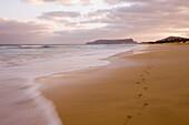 Fußspuren im Sand am Porto Santo Strand bei Sonnenuntergang, Vila Baleira, Porto Santo, nahe Madeira, Portugal
