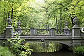 Brücke im Schlosspark Nymphenburg, München, Bayern, Deutschland