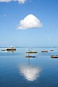 Boote im Hafen vom Bantayan unter weisser Wolke, Cebu, Visayas, Philippinen, Asien