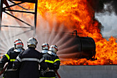 Team Approaching With Two Hoses A Fire In A Tanker At Its Loading Station. Training Of The Firefighters Of The Sdis38 In Hydrocarbon Fires, Gesip (Study Group Of Safety In The Petrol And Chemical Industries) Of Roussillon, Isere (38)