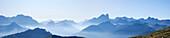 Panorama der Dolomiten im Morgennebel, Trentino-Südtirol, Italien