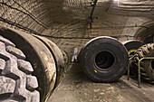 Riesenreifen für Abbaumaschinen, Reifenlager unter Tage, Kaliwerk, Salzbergwerk Sigmundshall bei Bokeloh, Wartungs- und Reparaturhalle, Reifen
