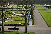 Hannover, Niedersachsen, Herrenhausen, Entspannung auf Bank im Großer Garten, Großes Parterre, Blumenbeete, Sandsteinskulpturen, verkörpern alle bekannten Erdteile, vier Jahreszeiten und vier Elemente, Herbst