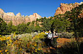 Hiker and Ranger, Towers of the Virgin, Zion Nationalpark, Utah, USA