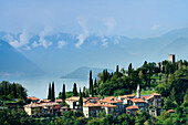 Blick auf Vezio mit Zypressen und Castello di Vezio, Comer See, Lombardei, Italien