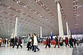 Menschen beim Check-in des Internationalen Flughafens Peking, größtes Gebäude der Welt, Beijing, Peking, China, Asien