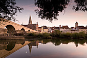 Stone bridge and Regensburg cathedral, cathedral of St. Peter, Unesco World Cultural Heritage, Donau, Regensburg, Upper Palatinate, Bavaria, Germany, Europe
