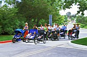 Gruppe von Müttern die mit Kinderwagen laufen, Kalifornien, USA