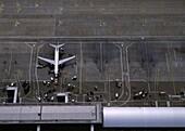 Luftaufnahme vom Flughafen, Flugzeug am Gate, Transport, Reise
