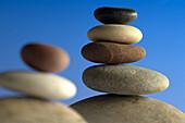 Stapel von ausgewogenen Steine auf blauem Hintergrund, Zen