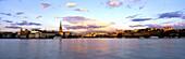 Blick auf Hafenstadt unter Wolkenhimmel am Abend, Schweden, Europa