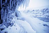 Eiszapfen an einem Kliff, Island, Europa