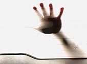 Ausgeflippt, Berühren, Durchsichtig, Eine Person, Eingeschlossen, Eins, Erwachsene, Erwachsener, Falle, Fallen, Farbe, Finger, Fremd, Furchterregend, Gestik, Glas, Hand, Hände, Hintergrundbeleuchtung, Horror, Innen, Konzept, Konzepte, lichtdurchlässig, Me