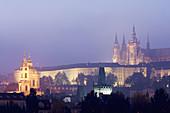 Vista nocturna de Catedral de san Vito (siglo XIV) _ go´tico); Praga; Repu´blica Checa
