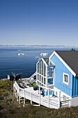 House with view at icebergs of Ilulissat Kangerlua Isfjord, Ilulissat (Jakobshavn), Disko Bay, Kitaa, Greenland