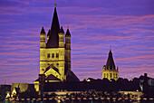 Abendhimmel über Kirche Groß St. Martin und Rathausturm, Köln, Nordrhein-Westfalen, Deutschland