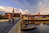 Regensburg, Blick über Steinerne Brücke und Donau auf Altstadt mit Dom St.Peter, Brückturm und Goldener Turm, Oberpfalz, Bayern, Deutschland