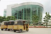Cyberabad, motor rickshaws in front of modern building, HiTec City, Hyderabad, Andhra Pradesh, India, Asia