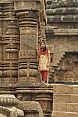 Indian woman in Konarak Sun Tempel, Orissa, India, Asia