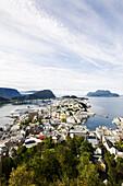 Blick auf die Stadt Alesund unter Wolkenhimmel, More og Romsdal, Norwegen, Skandinavien; Hafenstadt, Europa
